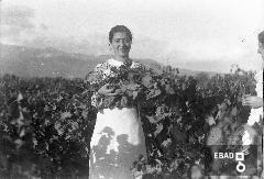 Contadina con grappoli d'uva