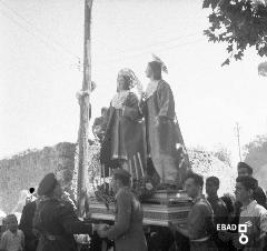 Statua dei S.S. Cosma e Damiano sorretta da fedeli ed autorità militari