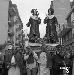 Fedeli e statua dei S.S. Cosma e Damiano in processione