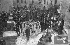 Folla di fedeli che accompagna la processione  dei Santi Cosma e Damiano in Via La Francesca