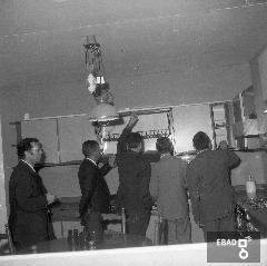 Persone in visita presso lo stand d'esposizione di mobili da cucina