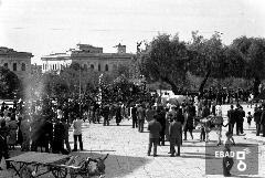 Autorità militari e folla in piazza F.Spirito. Carro per la festa dell'uva