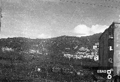 Veduta di un campo coltivato e sullo sfondo i monti di Eboli, San Pietro alli Marmi e Castello Colonna sulla destra. [La zona é San Berardino-Paterno Salita Ospedale si nota sulla sinistra di chi guarda la Villa De Falco. Fontanelle. Nota a cura di Mariano Pastore]