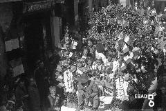 Sfilata dei carri  allestiti in occasione della festa dell'uva sull'attuale Viale Amendola, anni 30