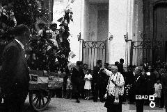 Benedizione dei carri allestiti per la festa dell'uva davanti alla chiesa di S.Maria della Pieta'. [Mons. Vincenzo Catoio. Nota a cura di Mariano Pastore]