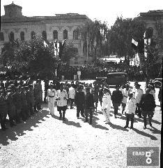 Militare alla festa dell'uva in piazza