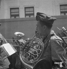 Musicista che suona la tromba. [La foto è stata scattata nel 1940-1943 a SALERNO negli spazi di VIA BASTIONI dell'ex MONASTERO di SAN MICHELE ARCANGELO, di età longobarda e soppresso nel 1866; negli anni a cui risale la foto, una parte dell'ex Monastero era adibita a CASERMA della MILIZIA VOLONTARIA PER LA SICUREZZA NAZIONALE, indicata più semplicemente con l'acronimo MVSN, ma anche identificata con l'espressione CAMICIE NERE. In particolare la foto si riferisce alla visita in Caserma di un Console della MVSN. Su indicazione di Massimo La Rocca]