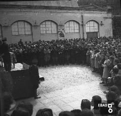 Autorità su un palco che presiede la manifestazione militare e persone. [Foto scattata a Fratte nel piazzale davanti all'industria cotoniera. Nota a cura di Anna De Falco]