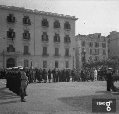Militari. [La foto è stata scattata a Salerno in Piaza Cavour davanti a Palazzo Sant'Agostino(ex Prefettura) attuale sede della Provincia. Nota a cura di Anna De Falco]