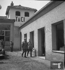 Militari nel cortile di una caserma. La foto è stata scattata nel 1940-1943 a SALERNO negli spazi di VIA BASTIONI dell'ex MONASTERO di SAN MICHELE ARCANGELO, di età longobarda e soppresso nel 1866; negli anni a cui risale la foto, una parte dell'ex Monastero era adibita a CASERMA della MILIZIA VOLONTARIA PER LA SICUREZZA NAZIONALE, indicata più semplicemente con l'acronimo MVSN, ma anche identificata con l'espressione CAMICIE NERE. In particolare la foto si riferisce alla visita in Caserma di un Console della MVSN. Su indicazione di Massimo La Rocca]