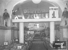 Esposizione per l'inaugurazione dell'anno scolastico, anni '30. [Foto scattata all'interno dei magazzini Standa di Salernoin Corso Vittorio Emanuele. Nota a cura di Anna De Falco]