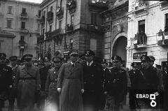 Generale Pietro Badoglio accompagnato da autorità militari [in piazza Flavio Gioia. A destra c'è la Porta Nova. Nota a cura di Anna De Falco]