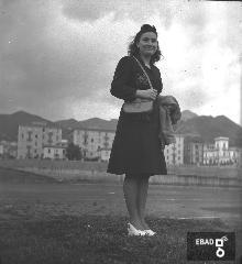 Ragazza in posa. [Foto scatta a Salerno all'interno dello stadio Vestuti, la cui inaugurazione era avvenuta il 28 ottobre 1934. Nota a cura di Massimo La Rocca].