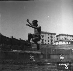 Atleta ritratto durante una gara. [Foto scatta a Salerno all'interno dello stadio Vestuti, la cui inaugurazione era avvenuta il 28 ottobre 1934. Nota a cura di Massimo La Rocca].