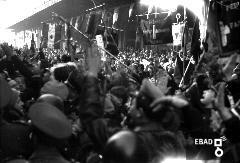 Manifestanti. [Salerno Corso Garibaldi. L'inaugurazione del nuovo Palazzo di Giustizia avvenuto nel Giugno 1939. Alla cerimonia di inaugurazione intervenne il Ministro della Giustizia Solmi a cui i salernitani chiedevano una venuta del duce in città. Il duce in città era stato sempre di passaggio come documenta il VS archivio e come nel 1935 con la visita ad Eboli per il saluto alle truppe in partenza per l'A.O.I. Nota a cura di Giuseppe Nappo]