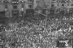 """Manifestanti con cartelloni portanti la dicitura """"Duce ti vogliamo a Salerno"""". [Salerno Corso Garibaldi. Le tre foto appartengono allo stesso evento. L'inaugurazione del nuovo Palazzo di Giustizia avvenuto nel Giugno 1939. Alla cerimonia di inaugurazione intervenne il Ministro della Giustizia Solmi a cui i salernitani chiedevano una venuta del duce in città. Il duce in città era stato sempre di passaggio come documenta il VS archivio e come nel 1935 con la visita ad Eboli per il saluto alle truppe in partenza per l'A.O.I. Nota a cura di Giuseppe Nappo]"""