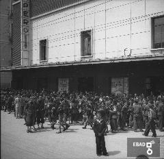 Persone davanti ad un cinematografo. [Cinema Impero a Salerno in Corso Vittorio Emanuele, poi Metropol. Nota a cura di Anna De Falco]