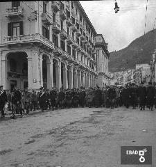 Autorità militari che marciano nei pressi del Teatro Verdi. La foto è stata scattata in via Roma e il primo edificio sulla sinistra è palazzo Natella a seguire il palazzo di città. Nota a cura di Anna De Falco]