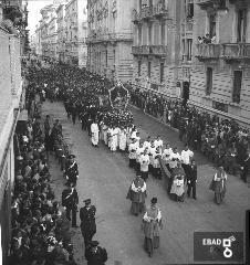 Processione per le strade di Salerno. Preceduto dall'arcivescovo Monterisi il busto argenteo di San matteo è portato in processione in Via Roma. [Nota di Giuseppe Nappo]