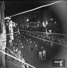 Persone per strada che assistono alla processione di San Matteo