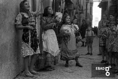 Bambine con costumi tipici in occasione della Festa dell'uva,  in Corso Umberto I