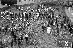 Attività di svago sulla spiaggia. La foto è stata scattata a Salerno nel 1937-1943 da una barca antistante lo stabilimento balneare Mussolini della colonia marina Mussolini. Stabilimento situato immediatamente ad ovest del molo 3 gennaio che si trovava alle spalle del fotografo. Oggi il luogo risulta profondamente cambiato e l'asfalto ha sostituito la spiaggia. Nota a cura di Massimo La Rocca]