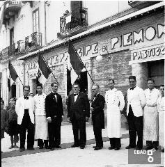 Personale davanti al Gran Caffe' Principe di Piemonte. Al centro il titolare Ginetti. [Matteo Ginetti e Girolamo Ginetti.Nota a cura di Mariano Pastore]