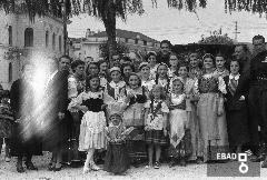 Militari e donne con abiti tradizionali davanti alla fontana in piazza Francesco Spirito in occasione della Festa dell'uva