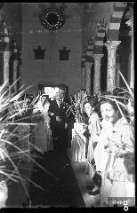 Matrimonio in chiesa. [Su indicazione di Massimo La Rocca: si tratta della Chiesa del Sacro Cuore a Piazza Vittorio Veneto, volgarmente detta Piazza Ferrovia a Salerno. La chiesa, in stile neoromanico, fu completata nel 1934].
