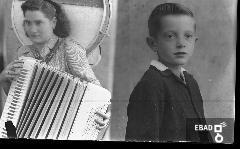 Lastra con due soggetti:ragazza che suona la fisarmonica, bambino a mezzo busto