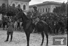 Soldati a cavallo nei pressi delle scuole elementari V. Giudice. [Ufficiale di Artiglieria in assetto di guerra. Notare la sella di Batteria per Ufficiale, con bisaccia di pel di capra sarda. Su indicazione di Antonino Gallotta]