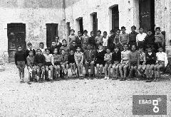 """Alunni e insegnanti della scuola elementare """" V. Giudice """". [il prof. Cosimo Maratia. Su indicazione di Mariano Pastore]"""
