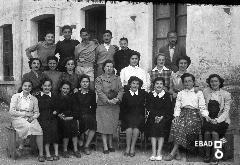 Alunni e insegnanti del Liceo Classico V. Giudice. [in mezzo al quintetto dei maschi riconosco il mio amico Pietro Patris, la terza da sinistra seduta è Cornelia Di Lorenzo, la seconda seduta da destra è la moglie di Carrafiello, la signorina Scialla. Nota a cura di Mariano Pastore]