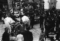 Carro con persone che indossano costumi tipici in via Umberto I . Festa dell'uva. Metà anni trenta