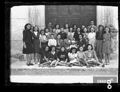 Scolaresca e insegnanti.Scuola S.Antonio.Tra alunni Maioli Adelaide. [Prof. Antonio Marsilia. Su indicazione di Mariano Pastore]