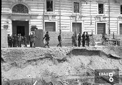 Militari che osservano i lavori di scavo per il passaggio dei binari ferroviari.  [Su indicazione di Ugo Volpe: Scavo Palazzo del Fascio a Salerno].