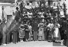 Uomini e donne in costume per la festa dell'uva
