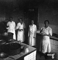 Cuoche ed educatrice nella cucina della colonia San Antonio
