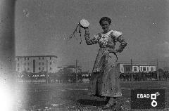 Donne con vestiti tradizionali in occasione della festa dell'uva