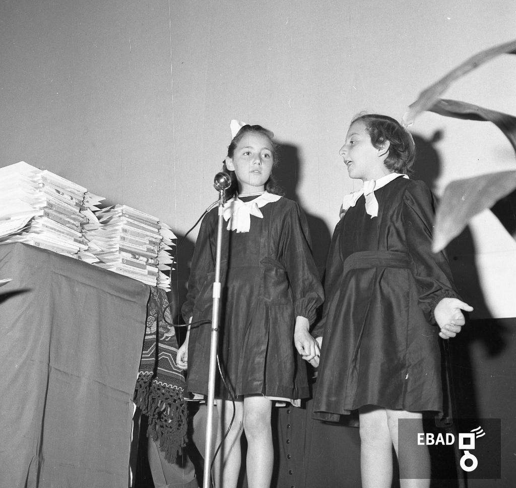 Archivio Fotografico scheda n.6620 Alunni di scuola elementare si  esibiscono in uno spettacolo teatrale 48bf0d764c78