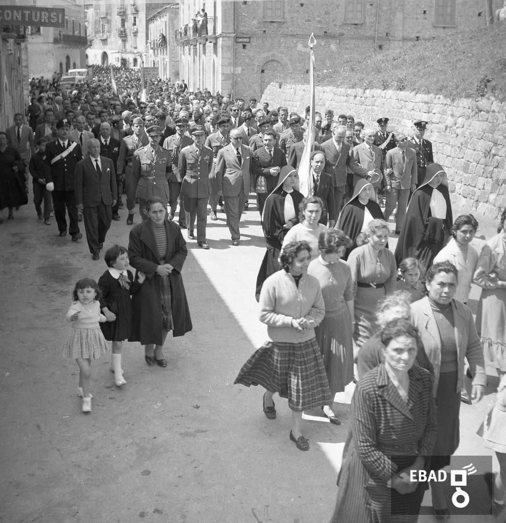 Archivio Fotografico scheda n.8086 Camion e persone in uniforme che seguono  il corteo di persone 10337720454b