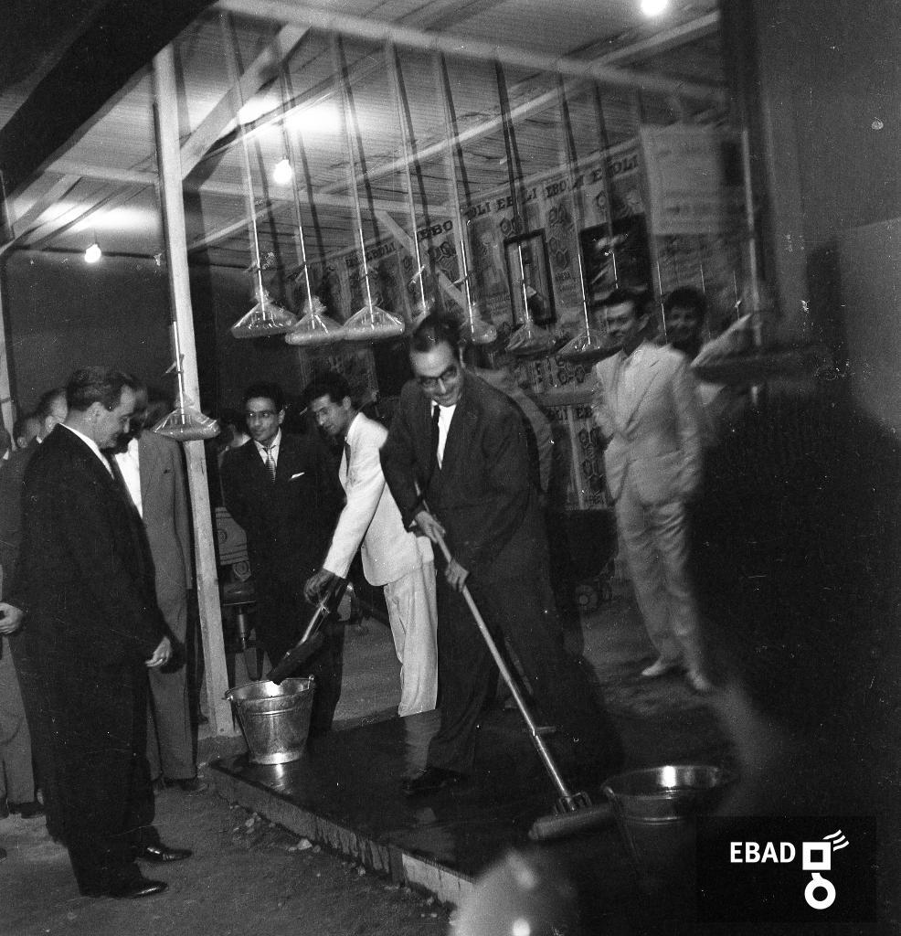 Archivio Fotografico scheda n.11748 Persone all interno di uno stand 4efd7fc31a76