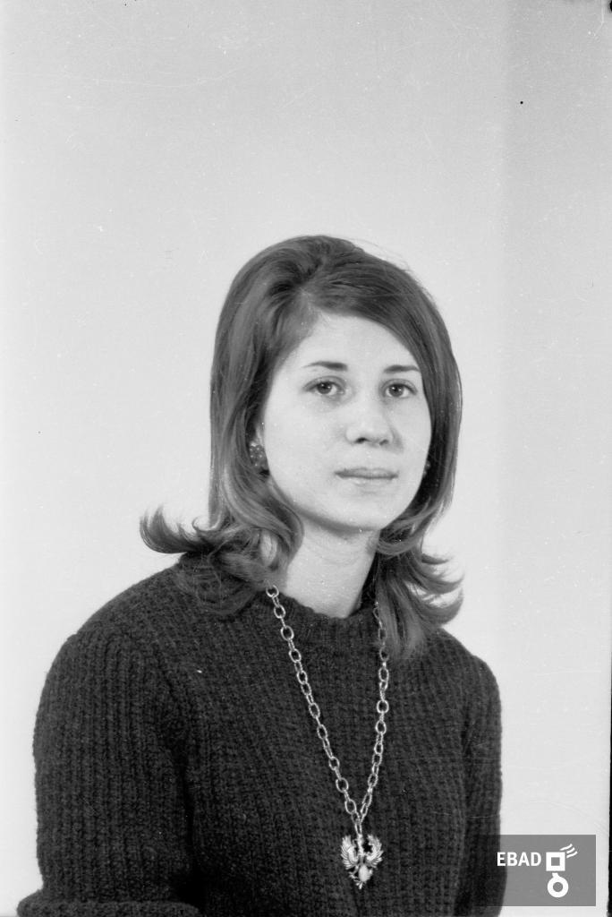 Archivio Fotografico scheda n.17637 Mezzo busto giovane donna 983fc29b8c7