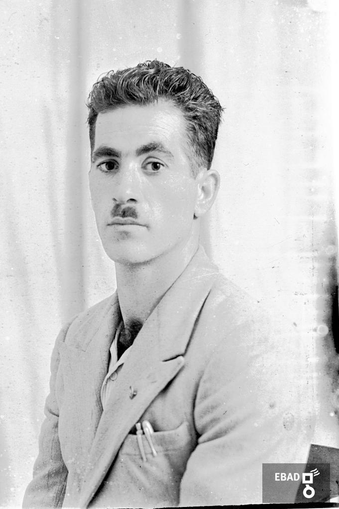 Archivio Fotografico scheda n.19031 Mezzo busto giovane uomo 0199b8c135f