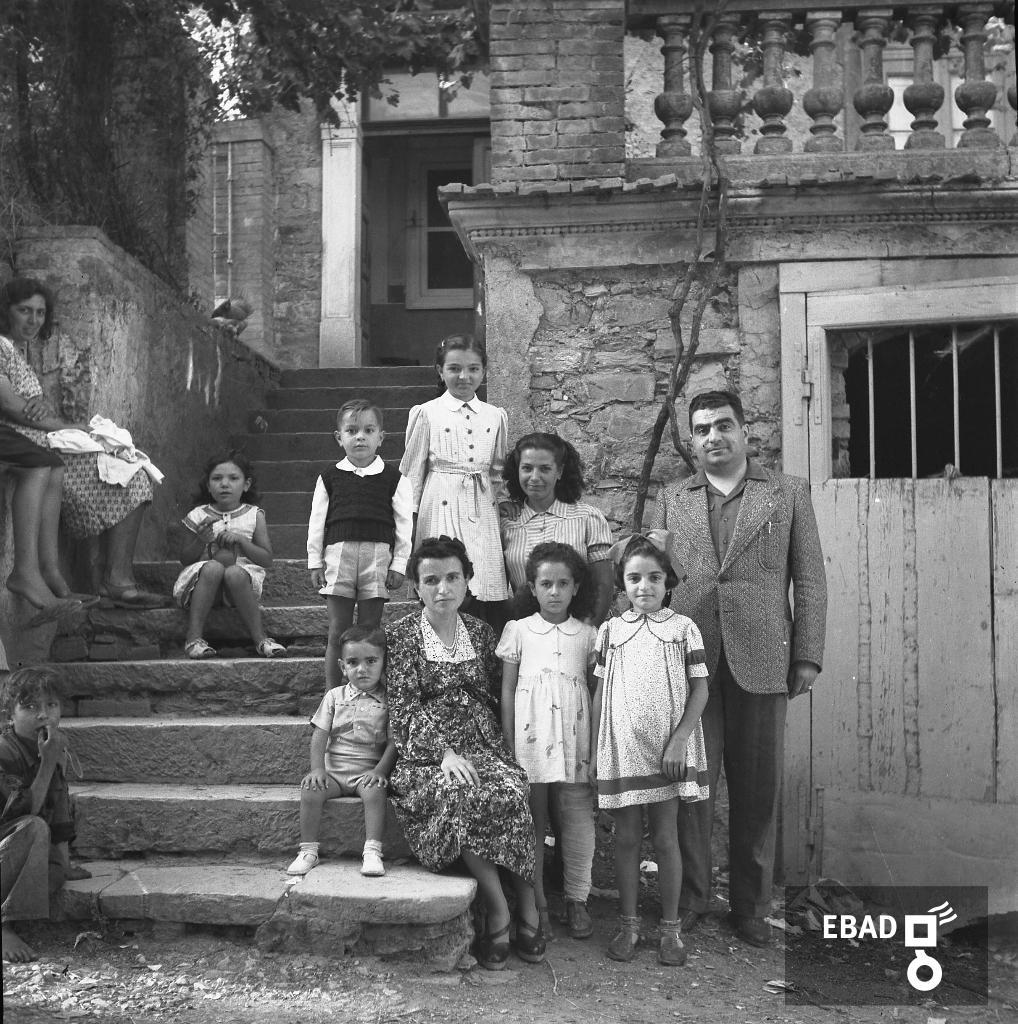 Archivio Fotografico scheda n.35427 Persone in posa sulle scale di un  edificio 34dc3da9d422