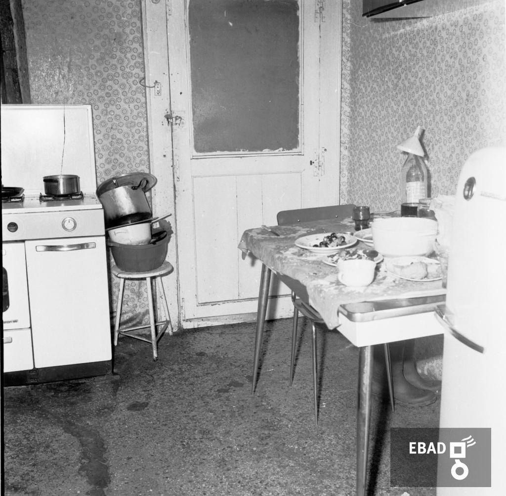 Interno Di Una Casa Cucina Con Soffitta Rovinata