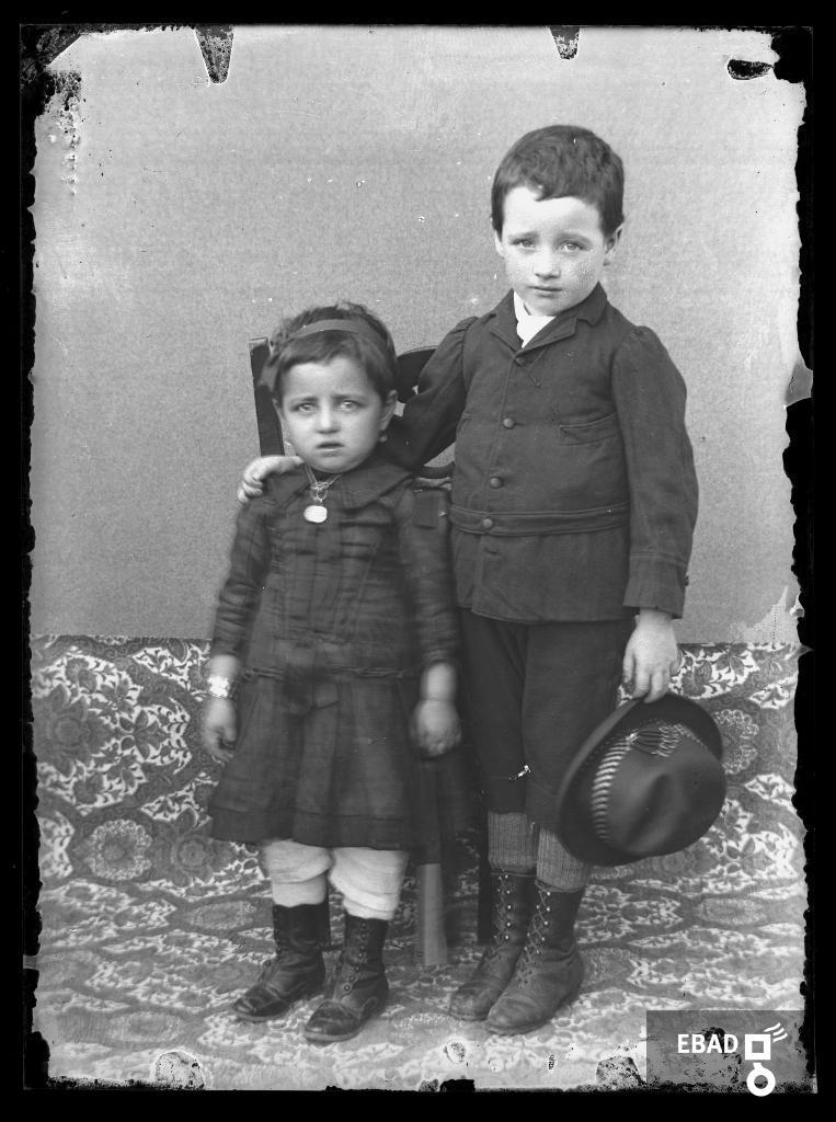 Archivio Fotografico scheda n.1817 Coppia di bambini in abito elegante e8b4a2ecc993