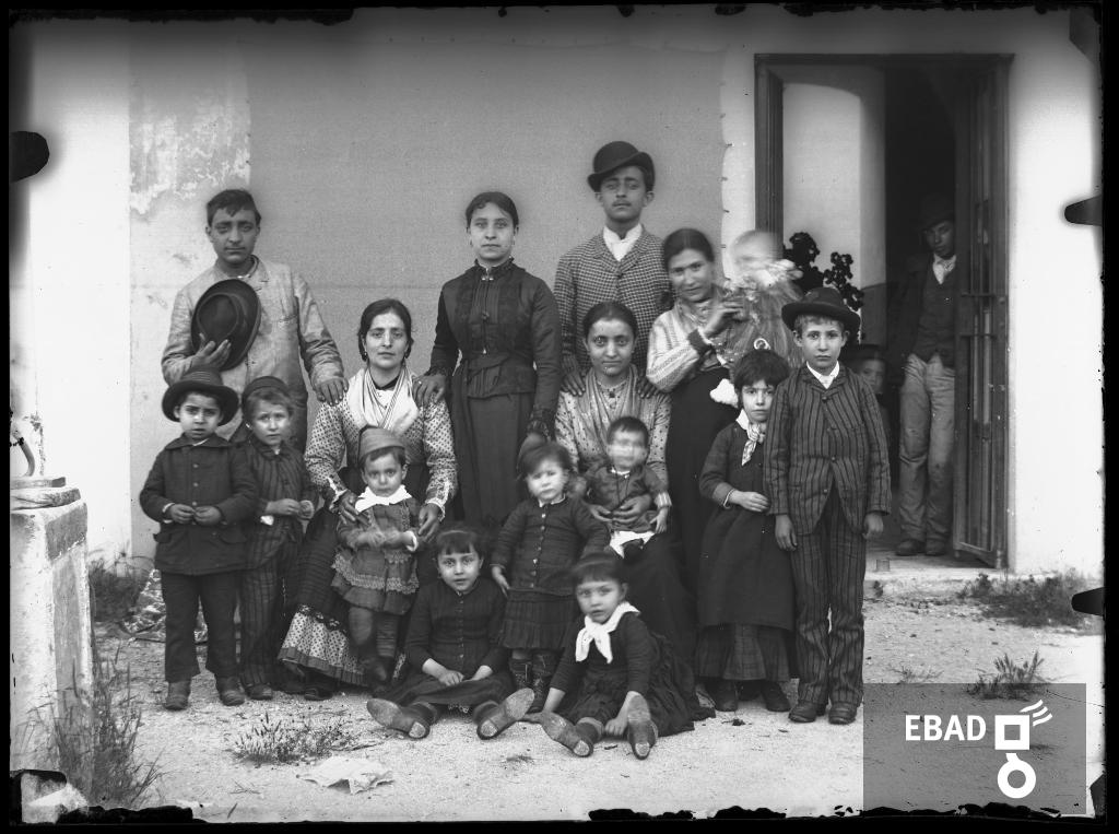 Archivio Fotografico scheda n.1930 Persone in posa con abiti d epoca 6b35fd27ce77