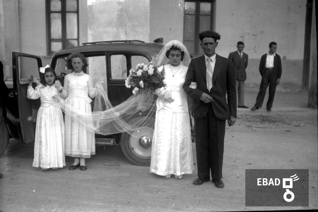Archivio Fotografico scheda n.2460 Sposa con il padre a Borgo Carillia(Russo  Antonio-Graziella(sposa)Franca(sorella damigella) 4ec317edc3e0